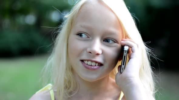 Thumbnail for Little Happy Girl Anruf mit Freund am Telefon im Park