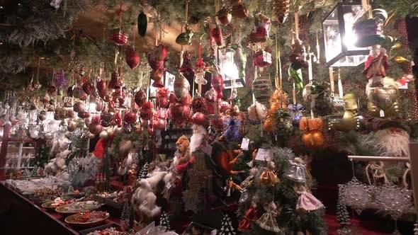 Thumbnail for Stall mit Weihnachtskugeln auf einem Weihnachtsmarkt