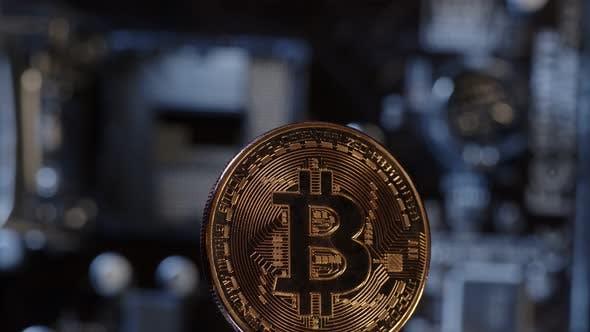 Bitcoin BTC dreht sich auf digitaler Technologie Pc Motherboard Hintergrund Kryptowährung Geld Mining