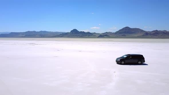 Thumbnail for Filmmusik Aerial Drohne Shot von Silber Minivan Auto Fahren in der Mitte des atmosphärischen Bonneville