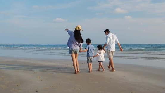 Familie spaziert am Strand
