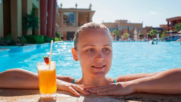 Thumbnail for frau im pool mit saft und spritzwasser füße