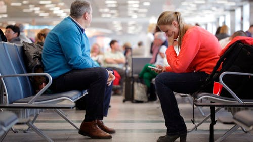 In der Flughafen-Lounge