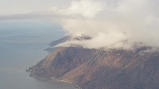 Thumbnail for Luftbildhubschrauber von riesigen Hochebenen, von Schnee gepunktet, hohe Berge in der Ferne, Drohne aufnahmen