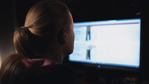 Frau Arbeiten mit PC