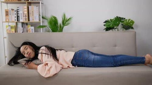 Frau legt Sofa zum Schlafen