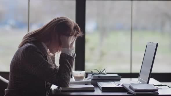 Thumbnail for Porträt von einem müden Mädchen, eine Geschäftsfrau ist nervös wegen der harten Arbeit Online sitzen am Tisch