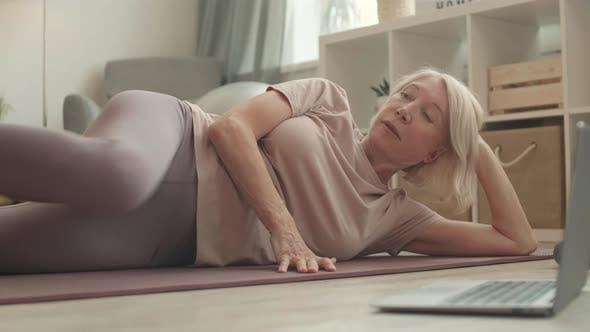 Frau Lifting Bein, um fit zu bleiben