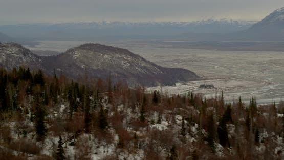Luftfahrt-Hubschrauber Breitschuss, fliegen Sie vorbei Wolkenbank und Berghänge dekending in eine Bucht bei goldenen ho