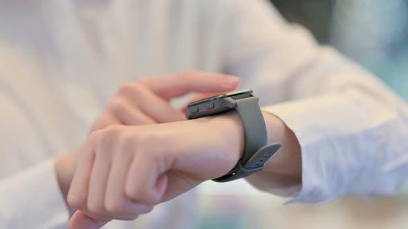 Thumbnail for Weibliche Hände mit Smartwatch Close Up