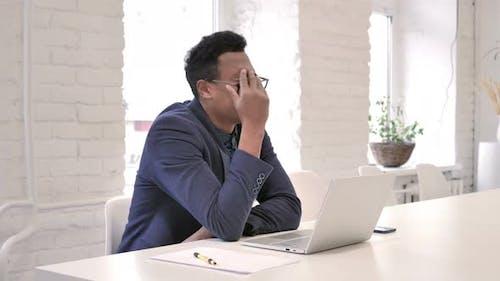 Verlust, frustriert Geschäftsmann Arbeiten auf Laptop