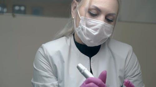 Konzentrierte Kosmetikerin in sterilen Handschuhen atmet tief
