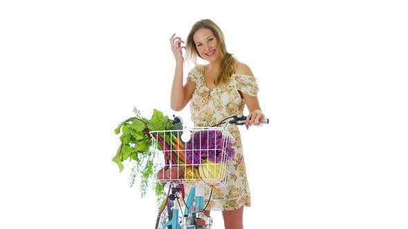 Thumbnail for Frau auf dem Fahrrad mit einem Korb mit Gemüse