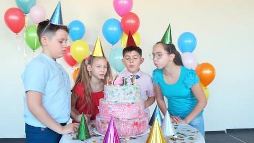 Kleine Kinder blasen Kerzen auf Kuchen feiern Geburtstag