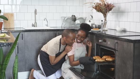 Schönes Ehepaar Checkt Im Ofen backen.