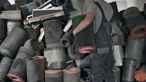 LKWs Mechaniker und der Stapel von gebrauchten Luftfiltern