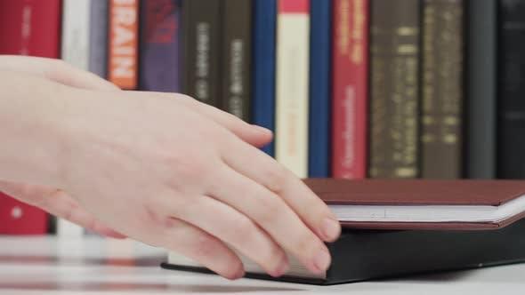 Thumbnail for Hände Abholung Bücher