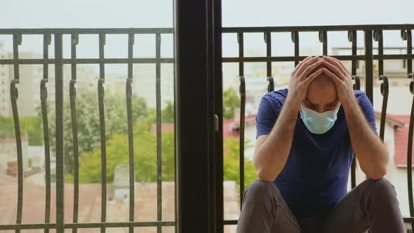 Thumbnail for Nachdenklicher Mann mit Einweg-Maske