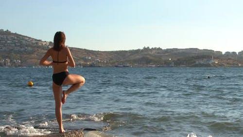 Junge Frau Üben Yoga Am Meer Strand 1