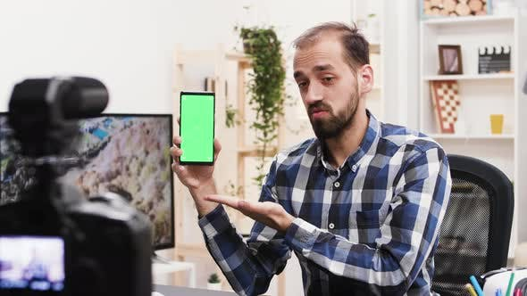 Thumbnail for Attraktive Influencer Recording Überprüfung des Telefons mit grünem Bildschirm