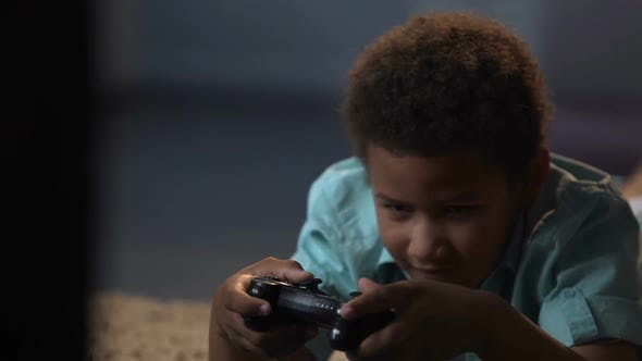 Cover Image for Lonely Boy Suffering from Lack of Friends Replacing Them with Game Console