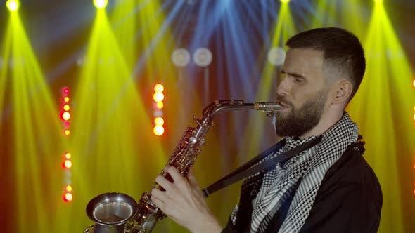 Thumbnail for Live-Auftritt eines Saxophonisten mit Saxophon, der auf der Konzertmusiker-Bühne mit Lichtern tanzt
