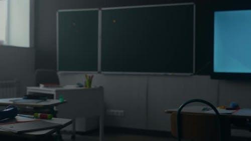 Klassenzimmer mit Tafel in der Schule