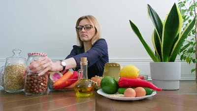Female Nutritionist Talking About Healthy Eating Showing Healthy Food Plate
