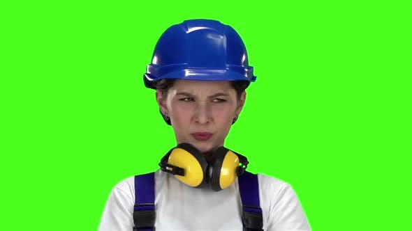 Thumbnail for Builder Girl zeigt Thumbsdown. Grüner Bildschirm. Zeitlupe