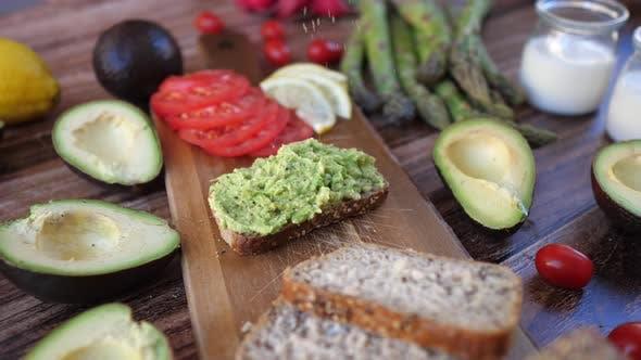 Thumbnail for Gesunder Avocado-Toast. Pürierte Avocado auf Vollkornroggenbrot. Veganes Essen.