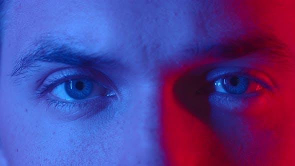 Thumbnail for Paar Mann Augen blinken an der Kamera