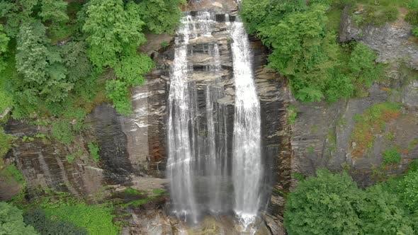 Aerial Großer Wasserfall im unberührten wilden Wald