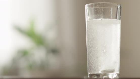 Thumbnail for Brausetablette Auflösen mit Fizz in einem Wasserglas