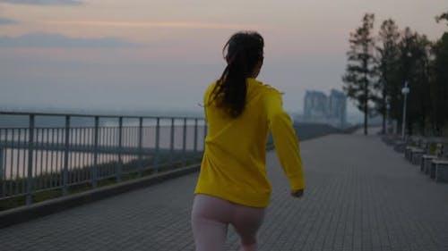 Junge Frau läuft im Park