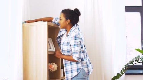 Glückliche Frau mit Tuch Staub zu Hause 44