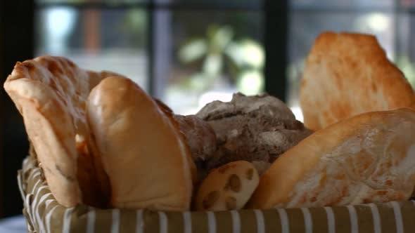 Drehbarer Korb mit Brotlaiben.