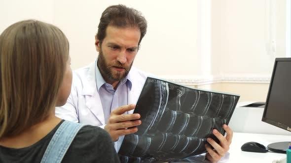 Der Arzt untersucht Röntgenstrahlen