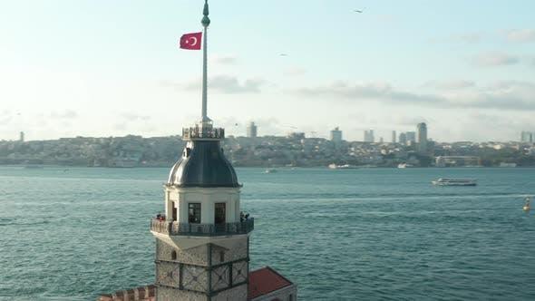 Thumbnail for Jungfrauenturm mit türkischer Flagge in der Mitte des Bosporus Wassers in Istanbul