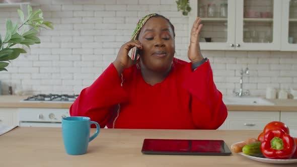 Thumbnail for Wütend afrikanische weibliche Schimpfen jemand auf Handy