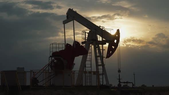 Ölbergbau Eine Ölplattform im Feld pumpt Öl heraus Ansicht einer Ölplattform bei der Ressourcengewinnung bei Sonnenuntergang