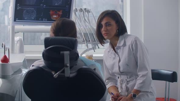 Thumbnail for Weiblicher Arzt diskutiert Diagnose mit weiblichen Patienten.