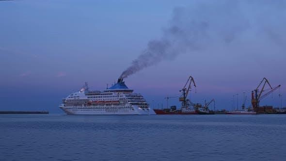 Manœuvre du navire et quitter le port d'Héraklion, Crète, Grèce au coucher du soleil