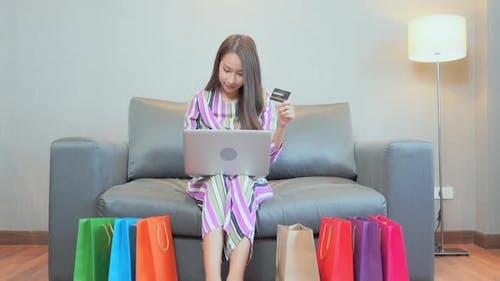 Frau benutzt Kreditkarte für Online-Shopping