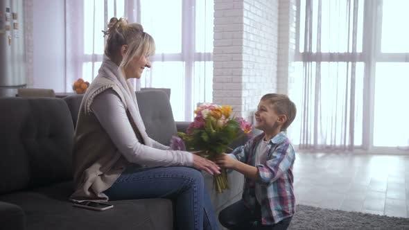 Thumbnail for Liebevoller Sohn Kongtatulierende Mama mit Frauentag
