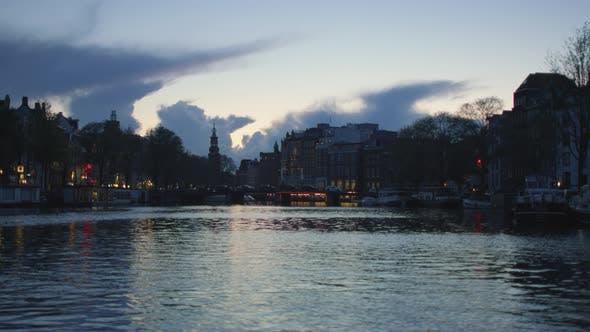 Thumbnail for Amstel Fluss und Gebäude am Abend