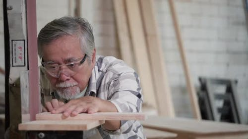 Man use electric rubbing to surface wood