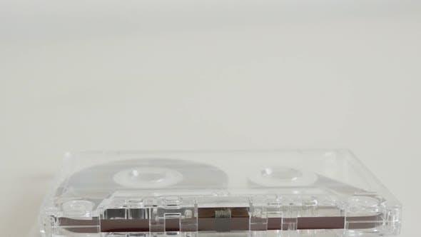 Thumbnail for Kompakte Audio assette auf weißem Hintergrund 4K 2160p 30fps UltraHD kippen Filmmaterial - Transparent ana