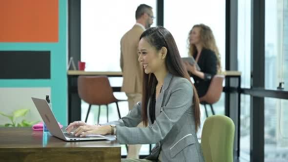 Geschäftsleute arbeiten, soziales Distanzierungskonzept im modernen Geschäftsbüro