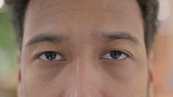 Blinkende Augen des afrikanischen Mannes