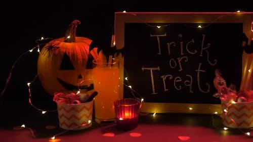 Kürbisse, Süßigkeiten und Halloween-Dekorationen